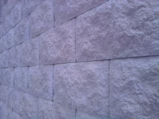 Искусственный камень на стене, приклеенный на клей