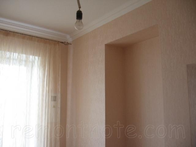 Полки и ниши из гипсокартона, оклеенные обоями фото